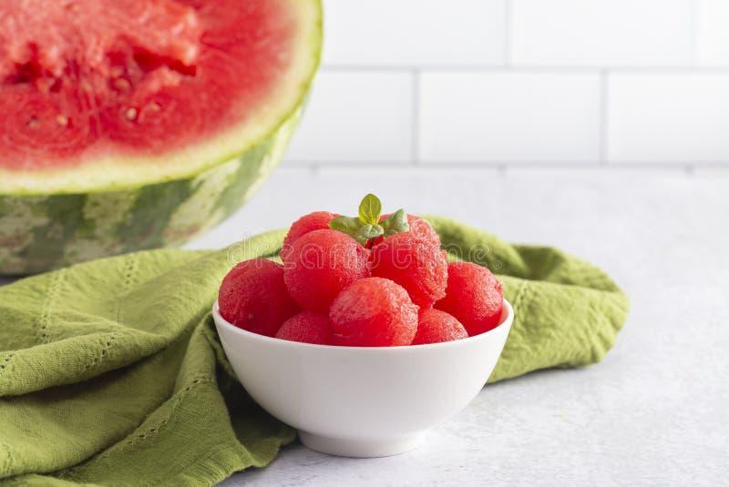 Watermeloenballen op een Witte Keukenkast royalty-vrije stock fotografie