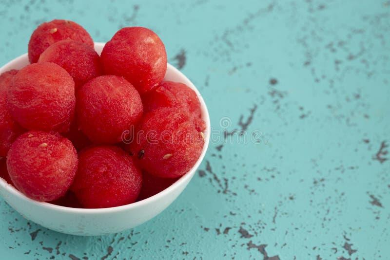 Watermeloenballen op Teal Distressed Surface stock foto's