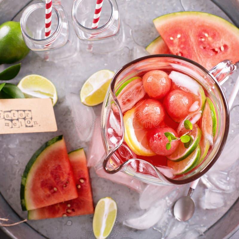 Watermeloendrank met kalk in een waterkruik stock foto