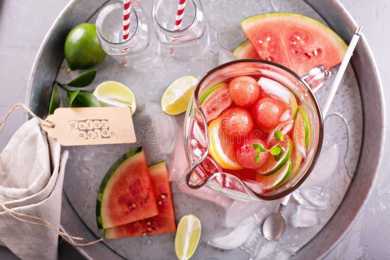 Watermeloendrank met kalk in een waterkruik stock foto's
