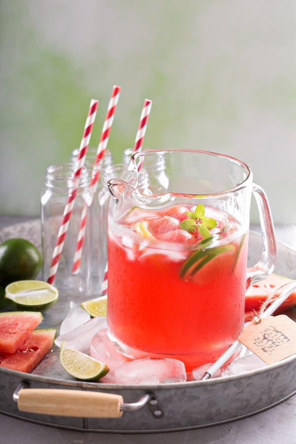 Watermeloendrank met kalk in een waterkruik stock fotografie