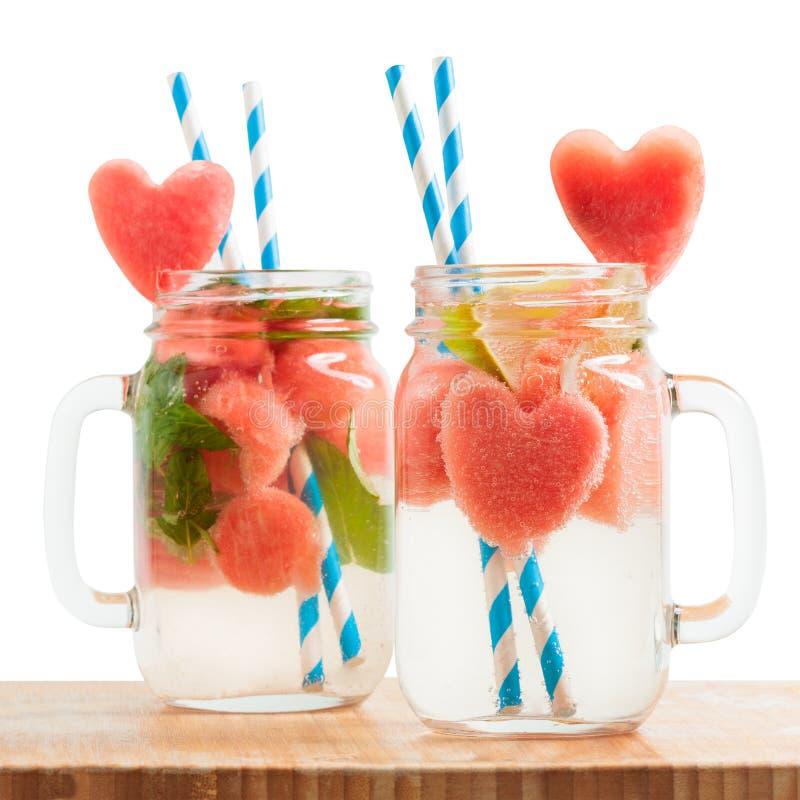 Watermeloendrank in Metselaarkruiken stock foto