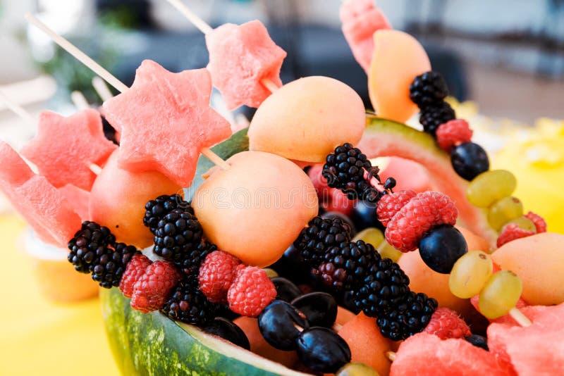 Watermeloenmand met fruit wordt gevuld dat Horizontale foto stock afbeelding