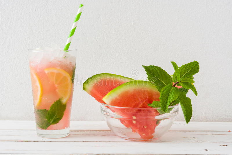 Watermeloenmojito op witte houten lijst stock fotografie