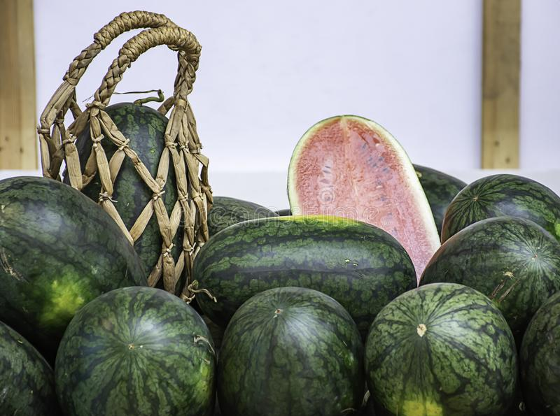 Watermeloenpartij op de lijst en gezet een handmand stock fotografie