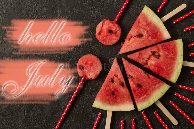 Watermeloenplak met tekst Hello Juli, op donkere achtergrond royalty-vrije stock afbeeldingen