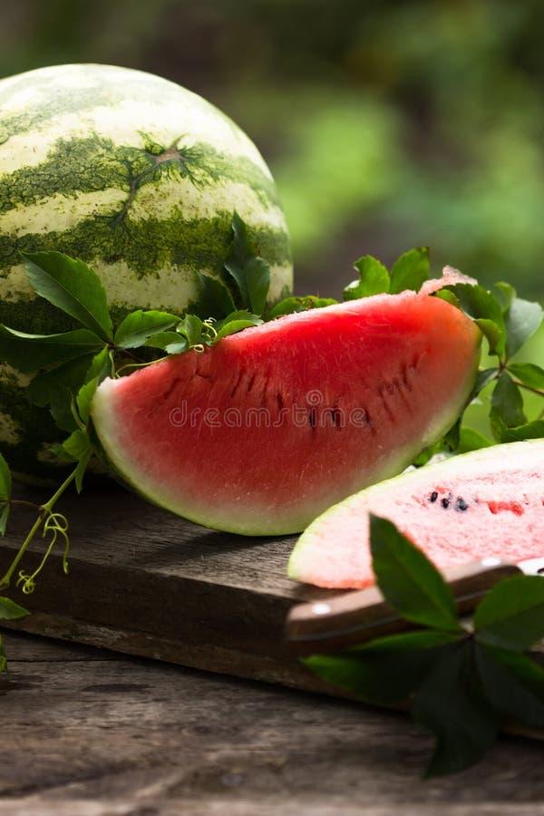 Watermeloenplak op witte houten achtergrond stock foto's