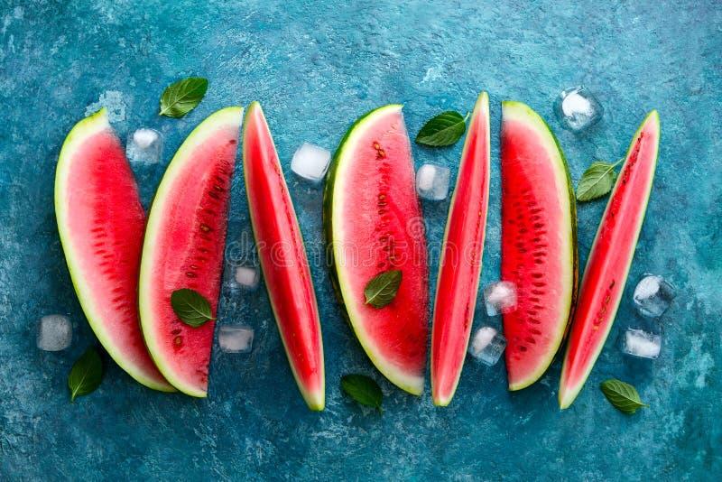 Watermeloenplakken met ijsblokjes royalty-vrije stock fotografie