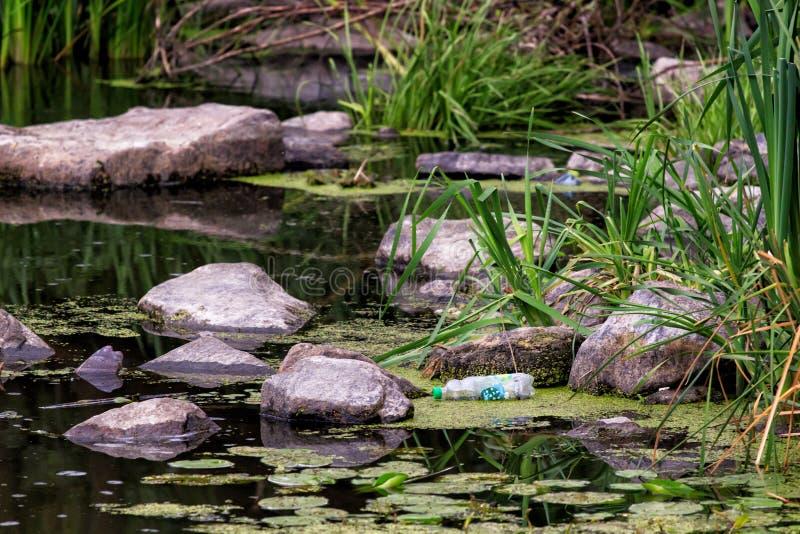 Watermiddelen dat met divers huisvuil en afval, Verontreinigde rivieren verontreinigd is royalty-vrije stock foto
