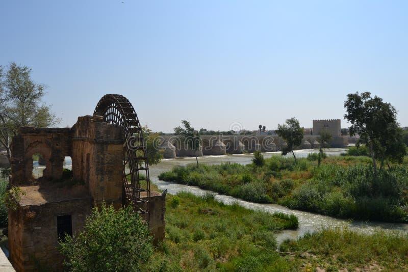 Watermill εκτός από τη ρωμαϊκή γέφυρα στην Κόρδοβα στοκ φωτογραφία