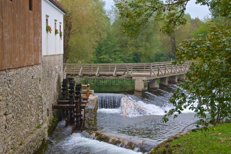 Watermill die dichtbij Postojna-Hol in Slovenië lopen royalty-vrije stock foto