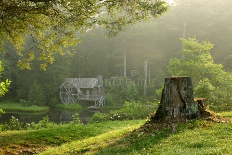 Watermill Häuschen an der Dämmerung lizenzfreie stockfotos