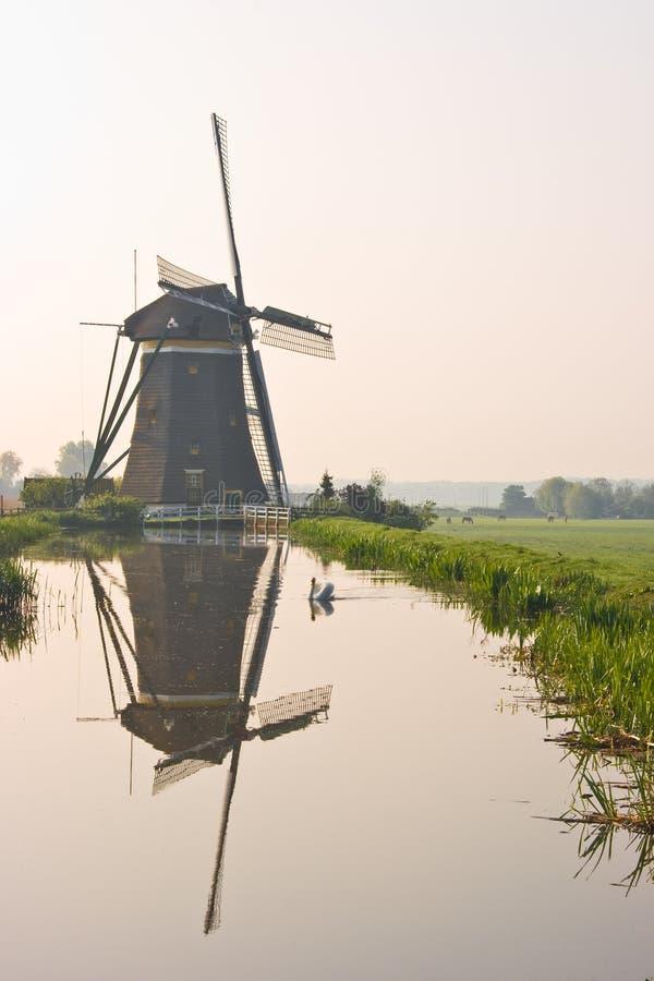watermill hollandais de réflexion photo stock