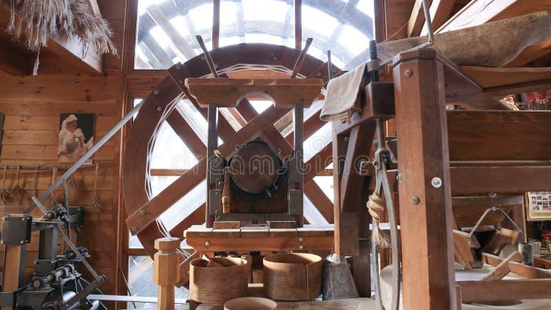 Watermill interno, grande roda, Croácia de Osijek foto de stock royalty free