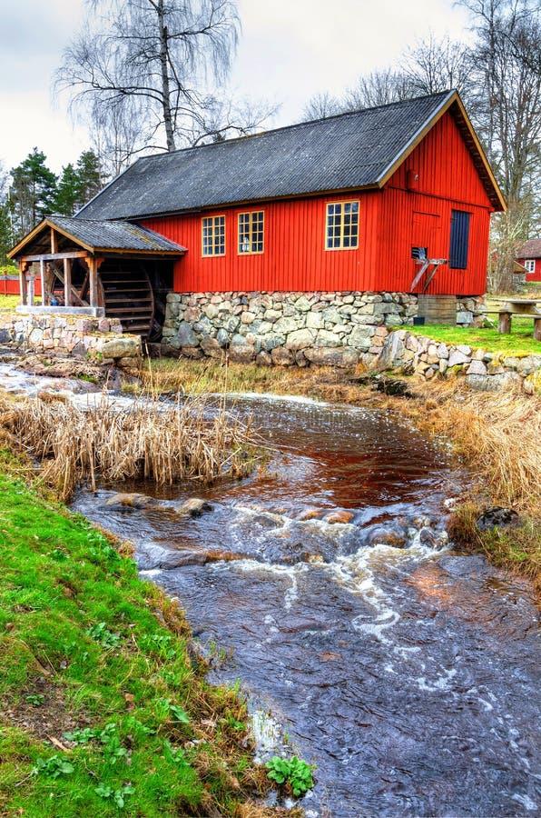 Watermill sueco tradicional con el pequeño río imágenes de archivo libres de regalías