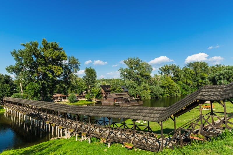 Watermill velho e ponte de madeira velha foto de stock royalty free