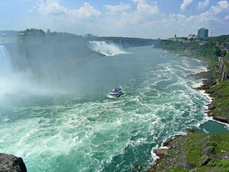 Watermist van miljoenen van de nevel van het watervalwater Mooie Niagara-Dalingen op een duidelijke zonnige dag royalty-vrije stock fotografie