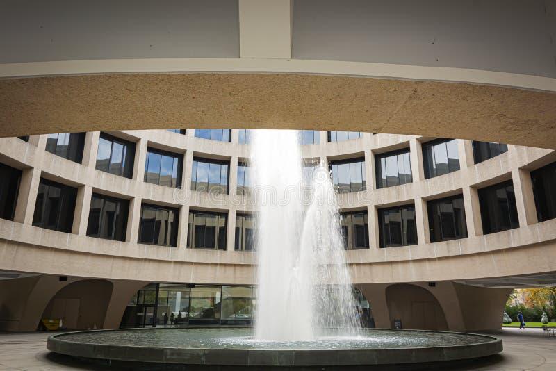 Waternevel van de fontein binnen de binnenplaats van het Hirshhorn-Museum in Washington D C royalty-vrije stock foto