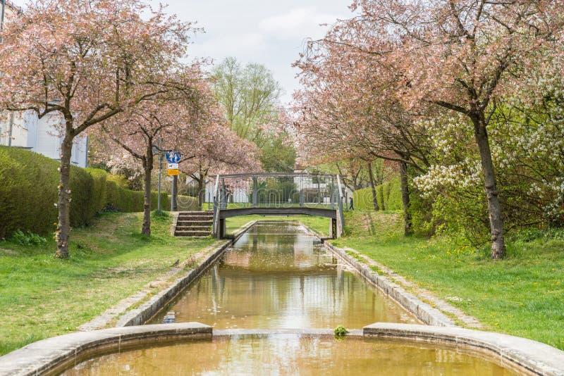 Waterpark en watergebied in moderne woon complex, Duitsland stock afbeelding