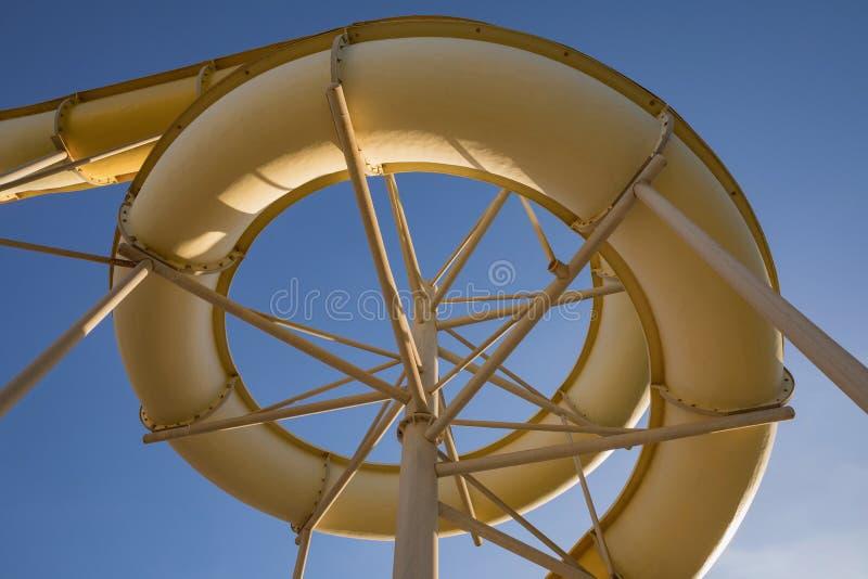 Waterpark no recurso tropical luxuoso, corrediça de água foto de stock royalty free