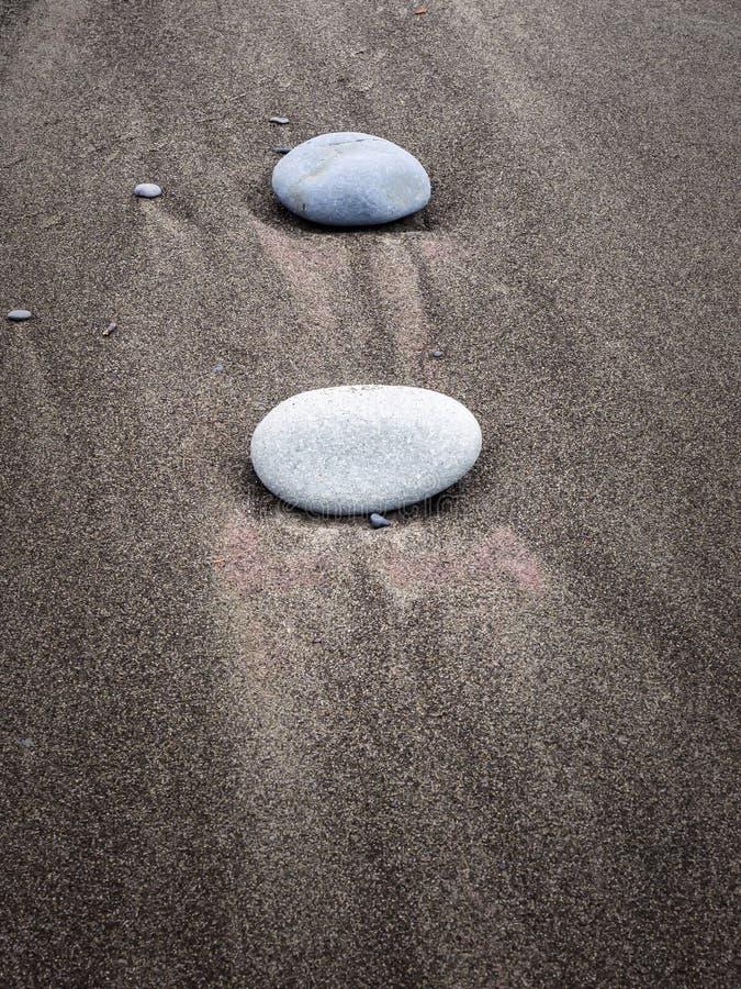 Waterpatronen op zandig strand stock foto
