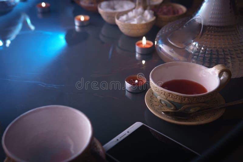 Waterpijp, Arabisch binnenland een kop thee en suikerkubussen met verschillende met de hand gemaakte smaken, een smartphone op de stock foto