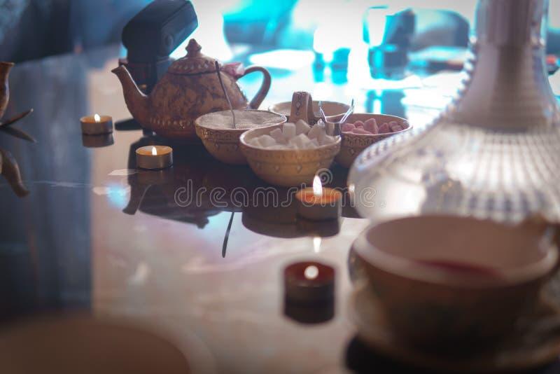 Waterpijp, Arabisch binnenland een kop thee en suikerkubussen met verschillende met de hand gemaakte smaken, een smartphone op de stock afbeelding
