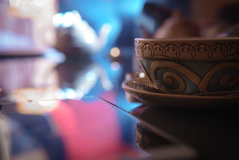 Waterpijp, Arabisch binnenland een kop thee en suikerkubussen met verschillende met de hand gemaakte smaken, een smartphone op de stock foto's
