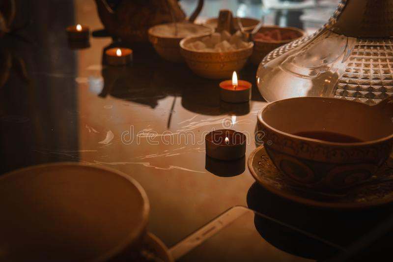 Waterpijp, Arabisch binnenland een kop thee en suikerkubussen met verschillende met de hand gemaakte smaken, een smartphone op de royalty-vrije stock foto's