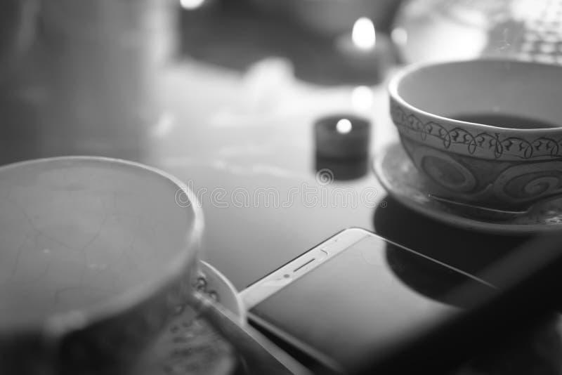 Waterpijp, die wolken, Arabisch binnenland maken een kop thee en suikerkubussen met verschillende met de hand gemaakte smaken, ee stock afbeeldingen