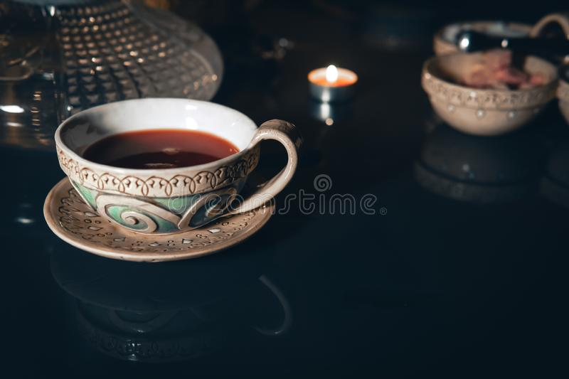 Waterpijp, die wolken, Arabisch binnenland maken een kop thee en suikerkubussen met verschillende smaken, met de hand gemaakt, op royalty-vrije stock fotografie
