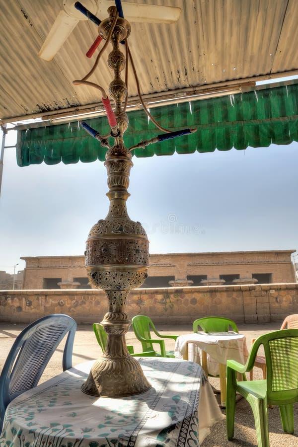 Waterpijp in een Egyptische koffie royalty-vrije stock afbeeldingen
