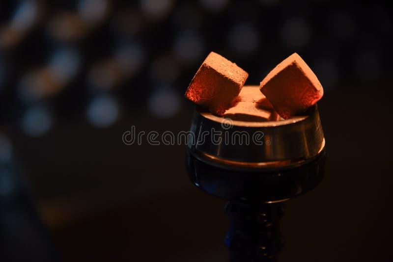 Waterpijp hete steenkolen voor het roken stock foto
