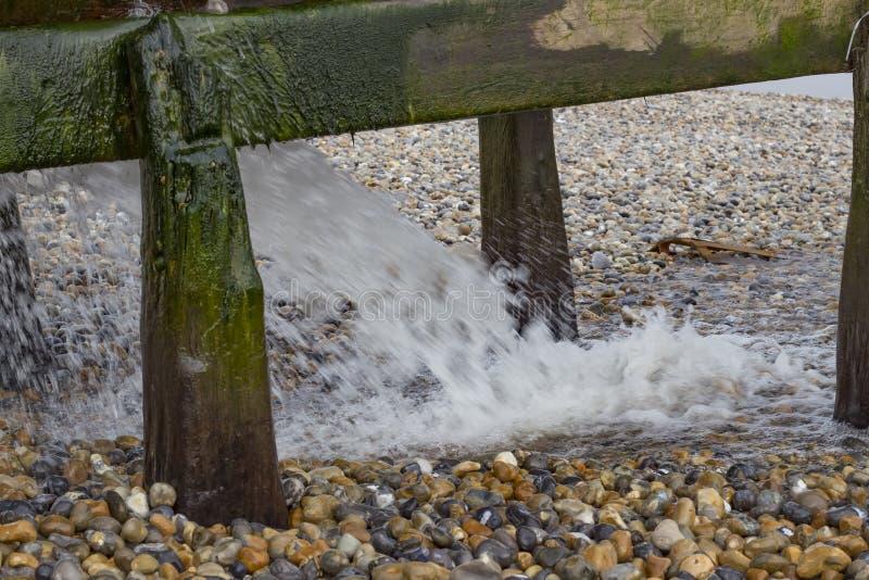 Waterpijp op het strand stock afbeeldingen