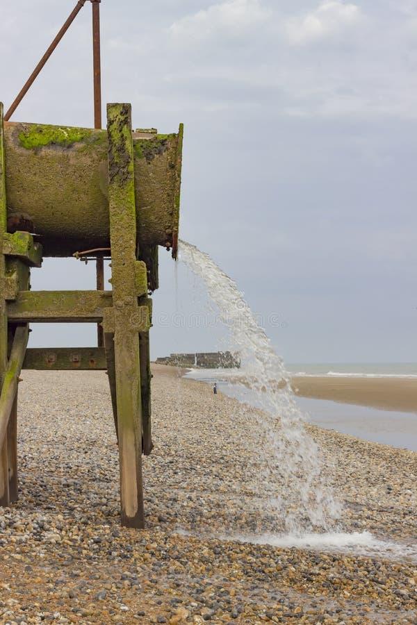 Waterpijp op het strand stock afbeelding