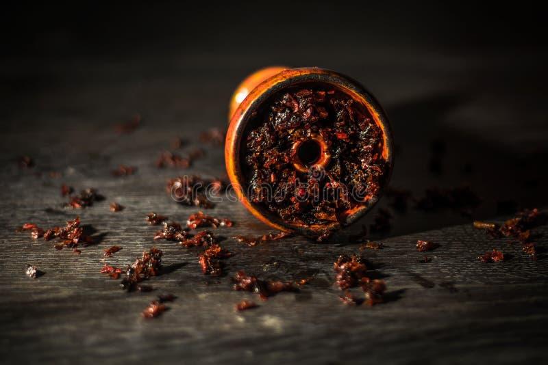Waterpijpkom, met tabak in het wordt gevuld die royalty-vrije stock afbeelding