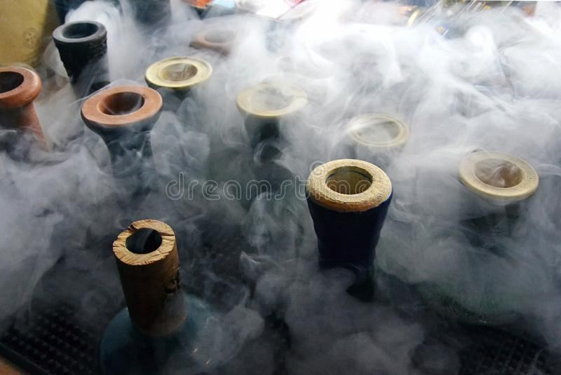 Waterpijpkoppen met rook stock afbeeldingen