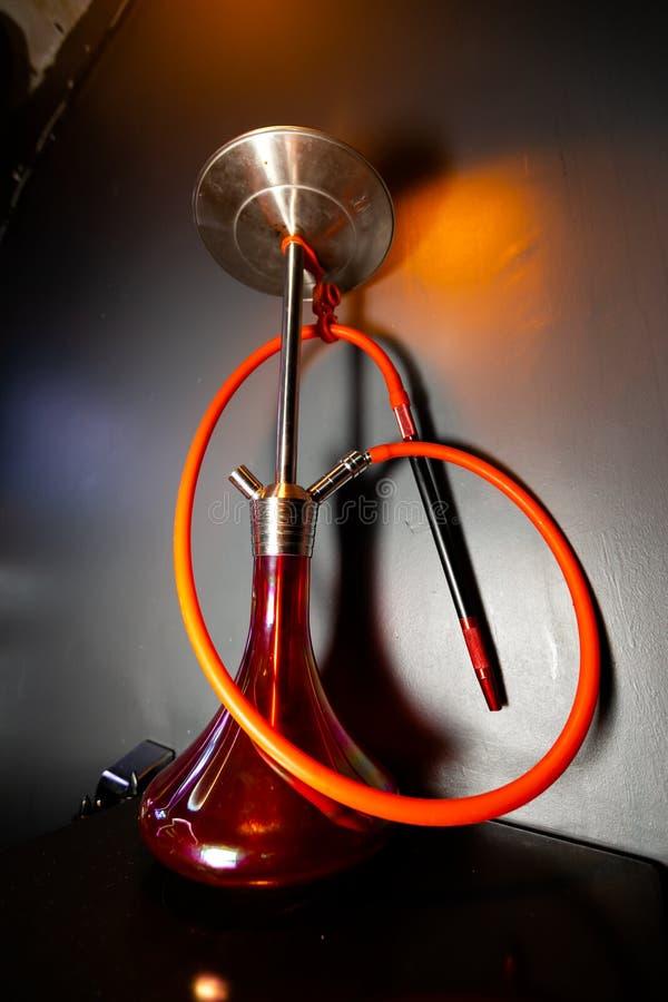 Waterpipe em um clube noturno - shisha bonito vermelho da cor foto de stock