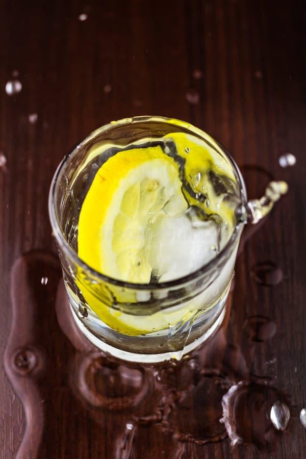 Waterplons in glazen met citroenplak en ijsblokje, op houten lijst, hoogste mening royalty-vrije stock afbeeldingen