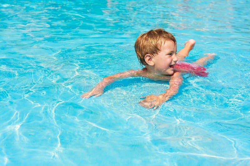 waterpool мальчика счастливое стоковая фотография