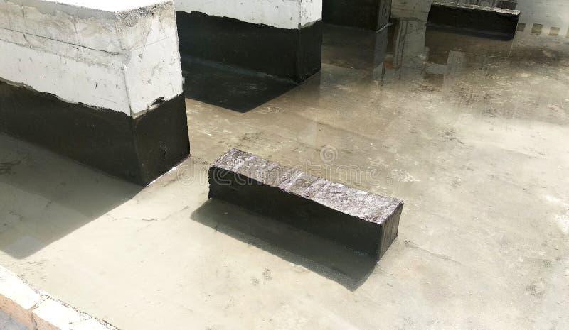 Waterproofing błona stosował pracownikami budowlanymi na górze betonowej płyty fotografia royalty free