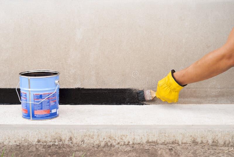 Waterproofing do betume da fundação imagens de stock