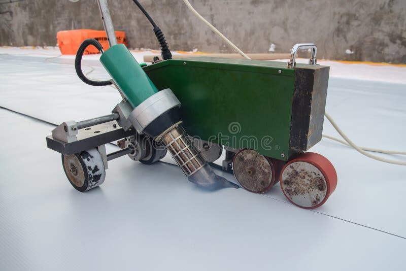 Waterproofing i izolacja przy budową, dachowy lakowanie proces syntetyczna pvc błona z Automatycznym klingerytem obraz royalty free