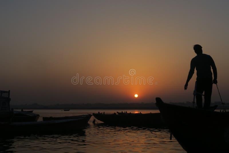 Waterscène met mensen op boot op de rivier van Ganges stock afbeelding
