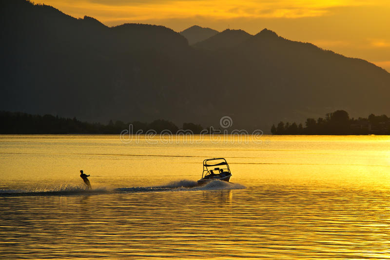 Waterskiën bij zonsondergang stock fotografie
