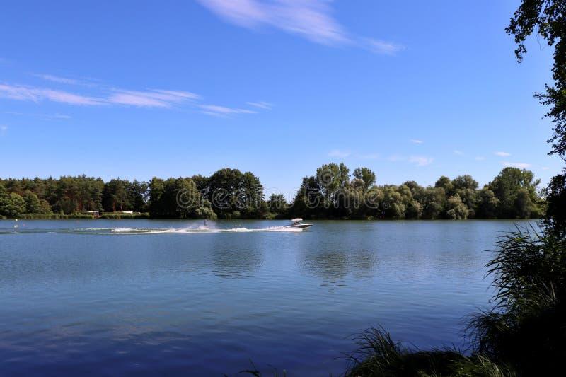 Waterskiën op het meer stock fotografie