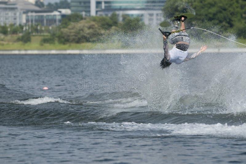 Waterskier in actie stock foto