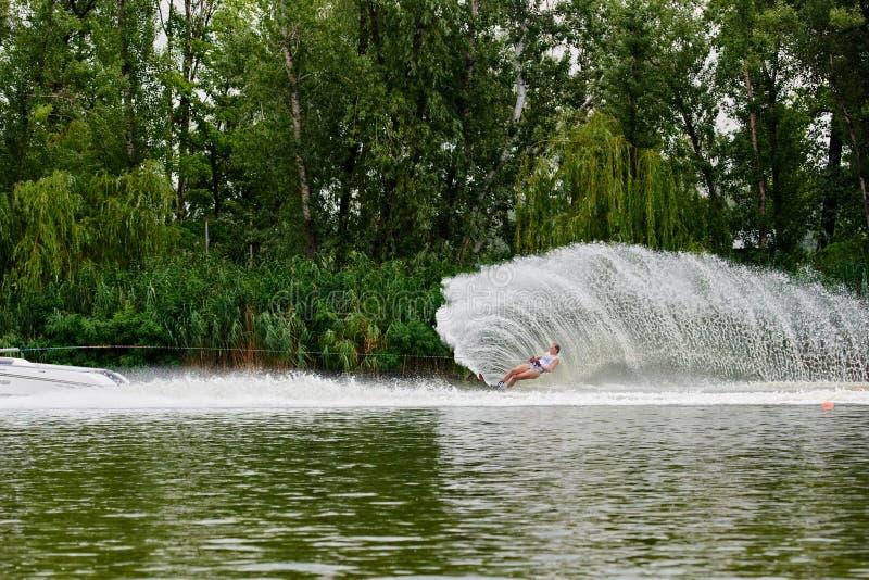 Waterskier die tot een golf leiden stock afbeelding