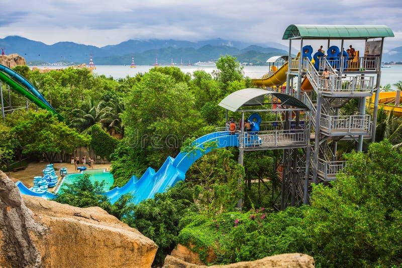 Waterslide coloré dans le parc aquatique de Vinpearl photographie stock