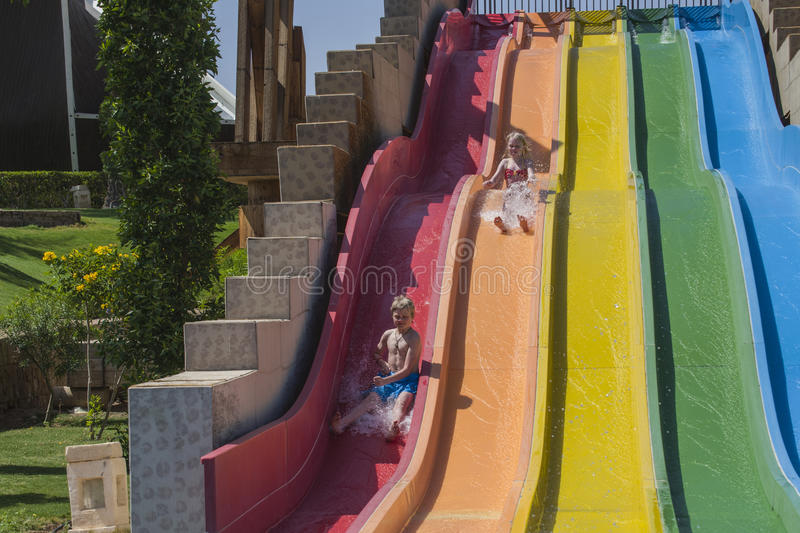 Waterslide dans un aquapark images libres de droits